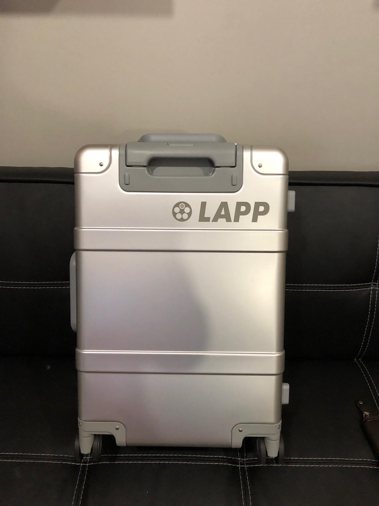 Гравировка логотипа на алюминиевом чемодане