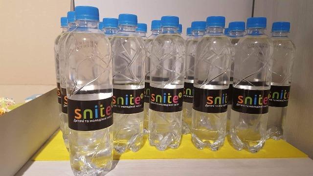 Вода с фирменной этикеткой