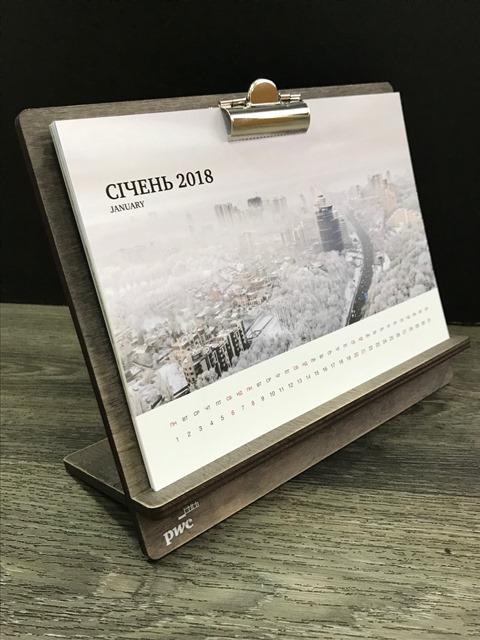 Настольный календарь на деревянной подставке  и ежедневники,